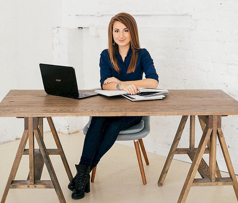 женщина работает с ноутбуком