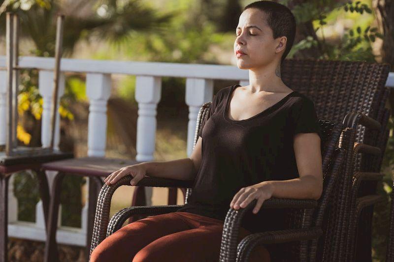 медитация сидя в кресле