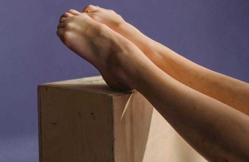 женские ноги на ящике