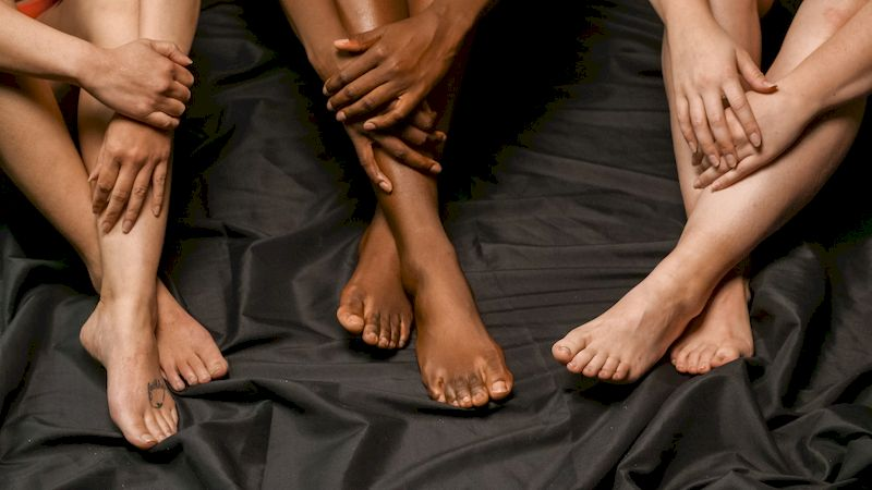 три пары женских ног